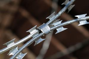 Скоба Супер на спиральном барьере безопасности Кайман
