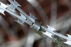 Колючий дріт Кайман зі скобою типу Супер