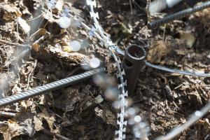 Монтаж спирального барьера при помощи винтовых свай
