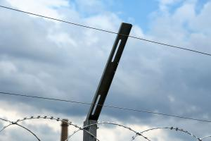 Натяжная проволока на кронштейнах для плоского барьера безопасности
