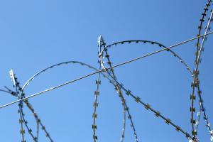 Спиральный барьер безопасности и натяжная проволока
