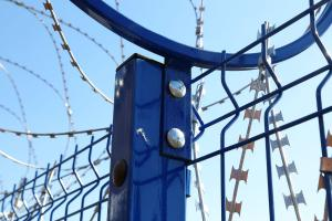 Кронштейн под болтовое соединение на металлическом заборе