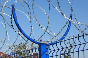 Кронштейн под болтовое соединение на заборе из сварных панелей