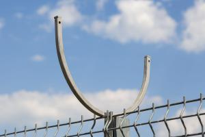 Кронштейн для спирального барьера Кайман на заборе из сварных панелей