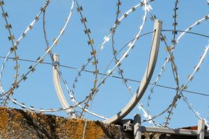 Спиральный барьер безопасности Кайман на кронштейне под сварку