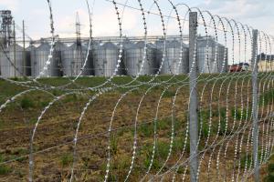Забор из трех рядов плоского барьера безопасности Кайман