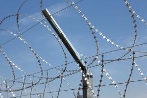 Плоский барьер Кайман на заборе из колючей сетки