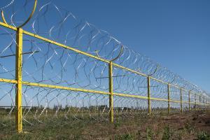 Ограждение из трех рядов спирального барьера Кайман