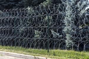Ограждение из четырех рядов спирального барьера Кайман