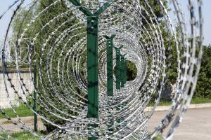 Столбы забора, кронштейны и спиральный барьер Кайман – вид изнутри