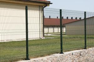 Металлический забор из сварной сетки на ленточном фундаменте