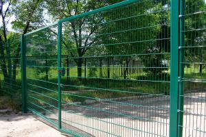 Распашные ворота забора из сварных панелей