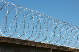 Спиральный барьер Кайман на бетонном заборе